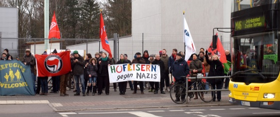 Gegendemonstranten in Britz Sued